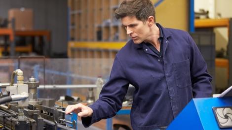 Handwerker beim Prüfen einer Maschine