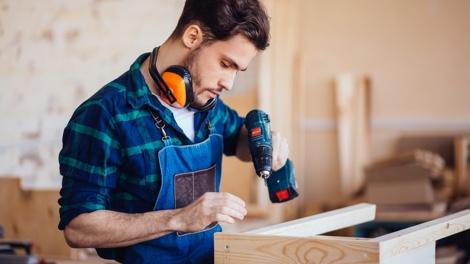 Handwerker beim Zusammenbau eines Möbelstücks