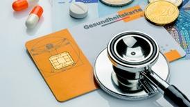 Stethoskop mit Krankenversicherungskarte und Tabletten