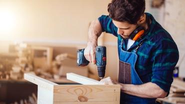 Handwerker beim Schrauben eines Möbelstücks