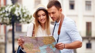 Mann und Frau als Touristen mit Landkarte in der Hand
