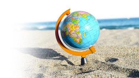 Globus im Sand am Meer
